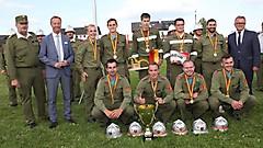Die Gruppe der FF Grafenschachen mit LH Hans Nießl, LH-Stv. Johann Tschürtz und Landesfeuerwehrkommandant Ing. Alois Kögl