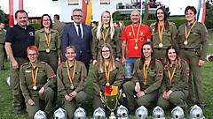 Die Damengruppen der FF Rudersdorf-Berg mit LH Nießl und Kommandomitglieder der FF Rudersdorf-Berg