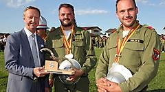 LH-Stv. Tschürtz übergibt HFM Alexander Gludovatz und  LM Bernd Aibler von der FF Zillingtal die Wandertrophäe für den Landessieger in der Kategorie Silber A