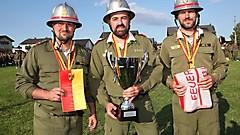 Daniel Schmidt, Andreas Schmidt und Thomas Ohr von der FF Markt St. Martin mit den Trophäen und Geschenken für den Landessieg in Bronze B