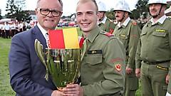 Zum ersten Mal durfte FM Mathias Seier von der FF Grafenschachen den Landessiegerpokal aus den Händen von LH Hans Nießl in Empfang nehmen