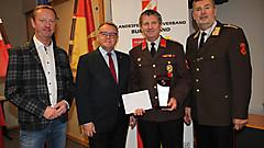 OBI Ewald Storm von der FF Neuhaus am Klausenbach, beliebteste Feuerwehr der Klasse 6/II mit LFK Ing. Alois Kögl, LH Niessl und LH-Stv. Tschürz
