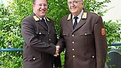 Mit Wirkung vom 1. Juli 2018 folgt Ing. Gerald Klemenschitz (links) dem bisherigen Bezirksfeuerwehrkommandanten OBR Bernhard Strassner nach.