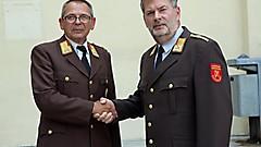 Mit Wirkung vom 1.7.2018 wird Richard Bauer, Steinfurt, Bez. Güssing neuer Landesfeuerwehrinspektor. LFK Kögl (rechts) gratuliert herzlichst.